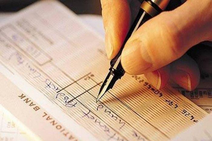 पूर्व बैंक कर्मी ने रची साजिश, चेक में लिखा था 500 Rs, बड़ी रकम निकालते पकड़ा गया