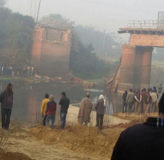BREAKING: ओवरलोड ट्रक से पुल टूटकर नदी में गिरा