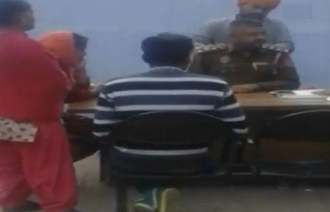 शिकायत दर्ज करवाने वाले से पुलिसकर्मी ने करवाई मसाज, देखें वीडियो