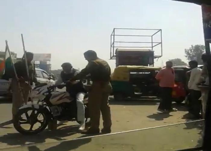 भाजपा कार्यकर्ता को पुलिस ने गाड़ी में झंडा लगाने पर बेरहमी से पीटा