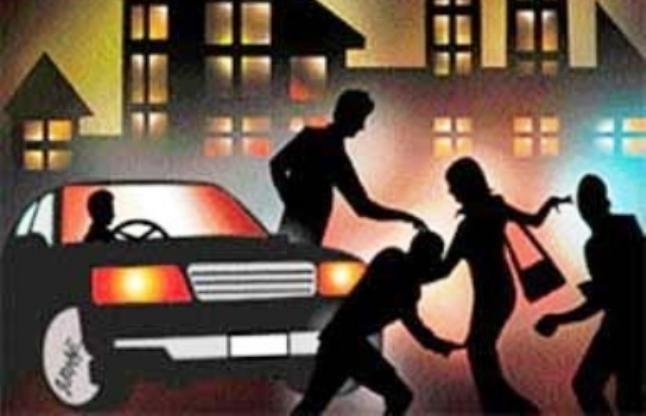 शहर के बीचोबीच महिला को जबरन गाड़ी में खींच किया गैंगरेप