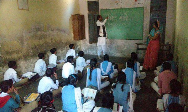 विधायक बने शिक्षक पढ़ाया छात्र-छात्राओं को पाठ