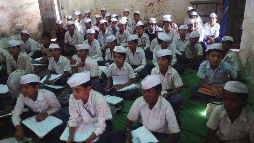 VIDEO: सबसे अनोखा है ये स्कूल, इस कक्षामेंब्लैक बोर्ड पर बापू ने किए थे हस्ताक्षर
