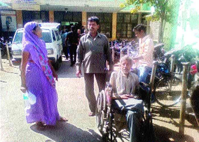 जिले के सबसे बड़े शासकीय अस्पताल में इलाज के लिए भटकते हैं मरीज