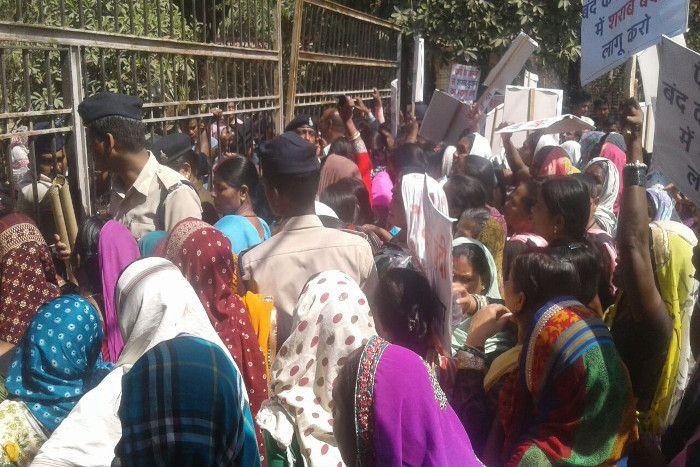 शराब दुकान हटाने की मांग को लेकर पुलिस से भिड़ गई 500 महिलाएं, देखें वीडियो