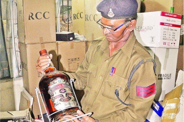 महंगी शराब के नाम पर बोतलों में करते थे मिलावट, गिफ्ट पैक में देते थे होम डिलेवरी