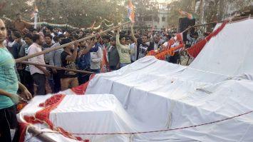 राहुल- अखिलेश के लिए बना मंच टूटा, दबने से कई कार्यकर्ता घायल