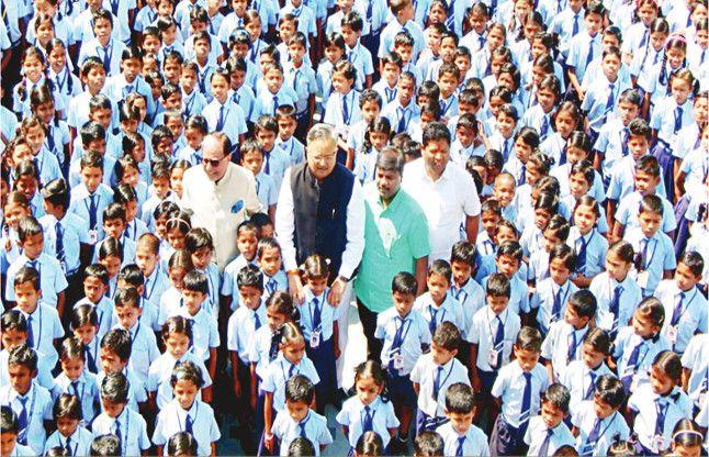 सीएम रमन पहुंचे स्कूल, बच्चों ने कहा- 'जग घुमिया थारे जैसा न कोय'
