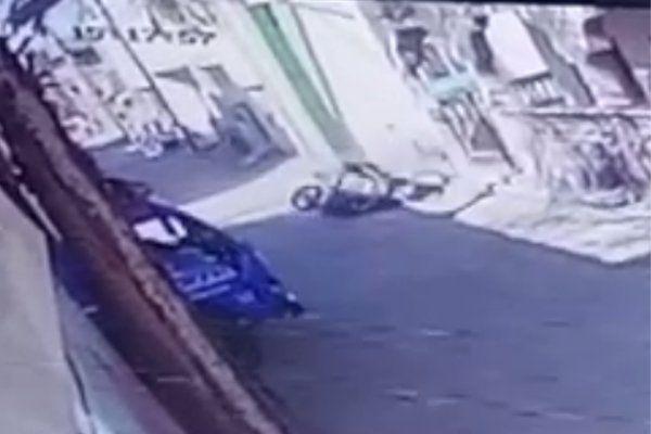 गश्त कर रहे पुलिसकर्मियों को बाइक ने ठोका, सीसीटीवी में कैद हुआ लाइव एक्सिडेंट