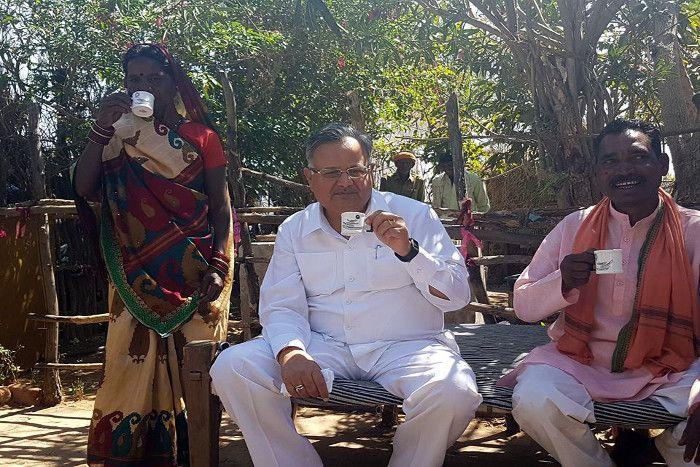 रमनपुर पहुंचे रमन, महिला को सिखाया गैस चूल्हा चालू करना और बनवाई काली चाय