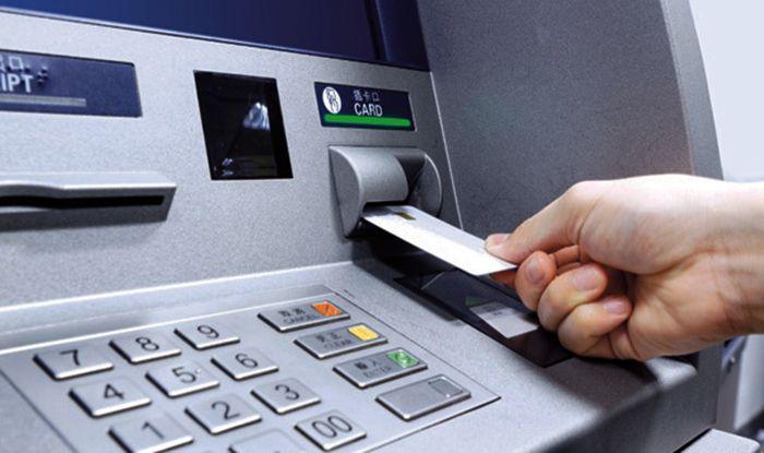 खुद को बताया बैंक अधिकारी और एटीएम से उड़ा लिए रुपए