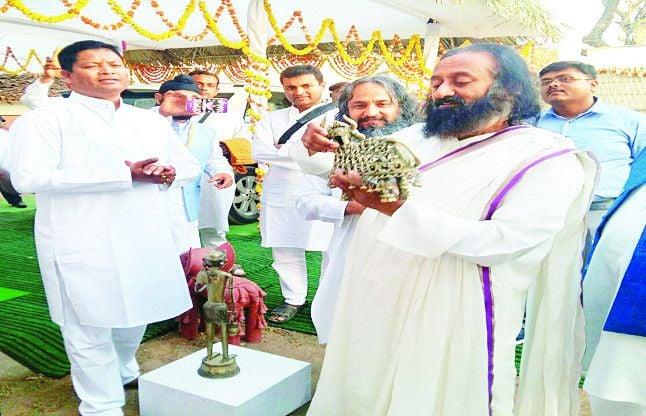 बीजापुर में श्रीश्री रविशंकर ने कहा- नक्सली पहले हिंसा छोड़ें, फिर हम हैं साथ