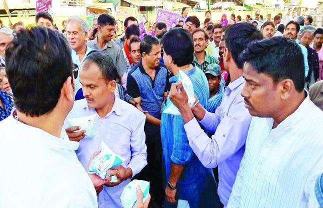 पार्षद ने लोगों के बीच बांटा दूध कहा- परिवार के लिए छोड़ें शराब