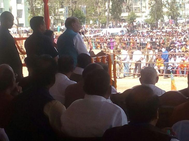 ओबरा में बोले राजनाथ, बीजेपी की सरकार बनते ही घोटालेबाज जाएंगे जेल