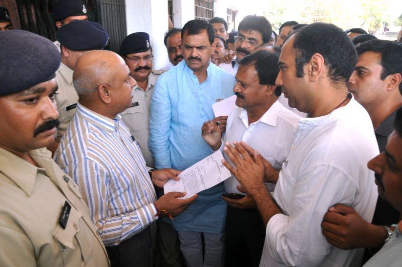 कांग्रेस नेता एसपी से मिले