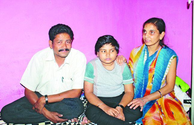 Human story: डबडबाई आंखों से बेटी के लिए झांकती उम्मीद