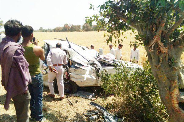 अनबैलेंस होकर पेड़ से टकराई स्कॉर्पियो, 4 लोगों की मौत