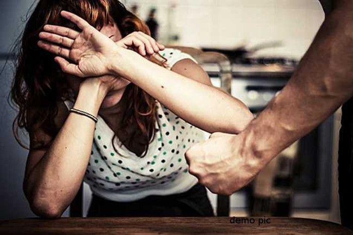 3 युवकों के साथ बैठी थी Wife, फिर पति ने उसके साथ जो किया जानकर कांप उठेगी रूह