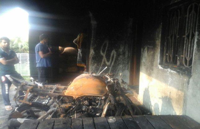 बदमाशों ने आधी रात को पांच बाइक को किया आग के हवाले