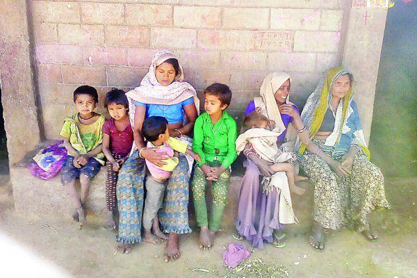 महाराष्ट्र में हुई हत्या की सजा भुगत रहा गांव, बच्चों के साथ पहाड़ों पर भूखे-प्यासे भटक रहे आदिवासी