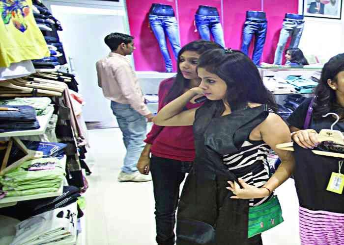 मार्केट में डिस्काउंट ऑफर की भरमार, लोगों में शॉपिंग का खुमार