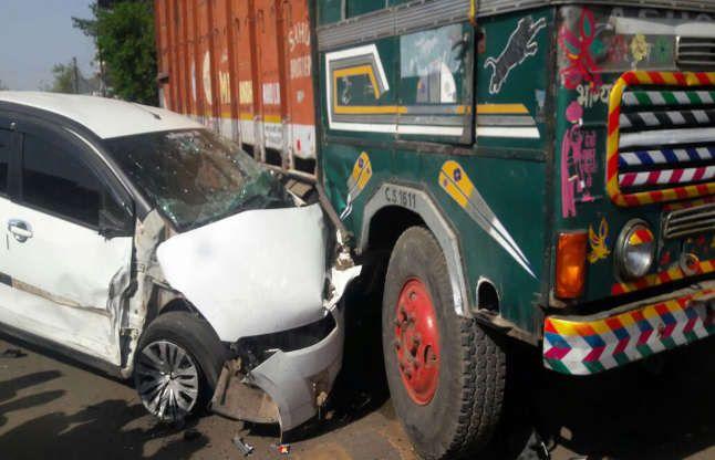 पीछे लगी पुलिस, ट्रक से भिड़ी मारूतिसेबाहर निकले 5 लड़कियां 7 लड़के
