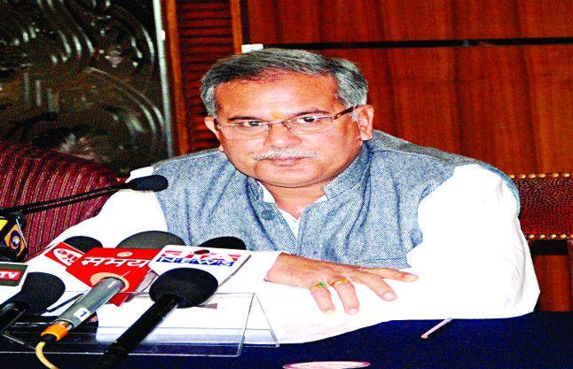 भूपेश बघेल के पिता समेत तीन को नोटिस, लगा सरकारी जमीन पर कब्जा करने का आरोप