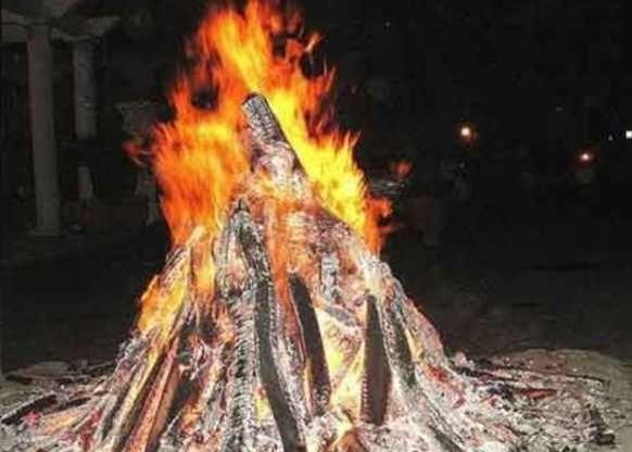 यहां खुद प्रकृति करती है होलिका का दहन, बिना लगाए लगती है लकड़ियों में आग