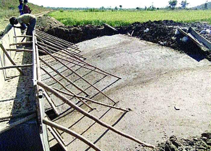 नर्मदा घाटी:मिट्टी मिली रेत से बना रहे नहर