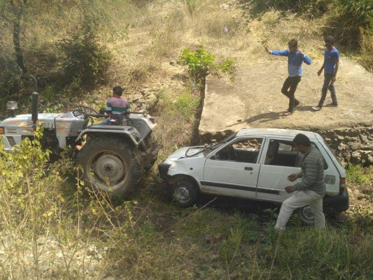 ब्रेक फेल, 25 फीट नीचे खाई में गिरी कार, जानें फिर क्या हुआ...