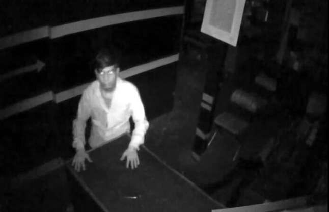 दुकान में घुसा चोरी करने और सीसीटीवी कैमरे से नजरें हो गईं चार
