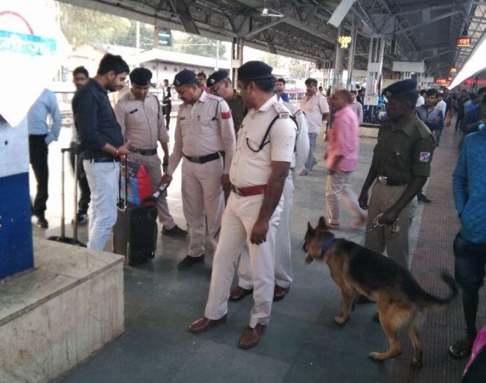 स्टेशन की सर्चिंग, सामान की हुई जांच
