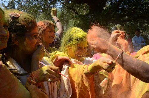 होली के बाद ऐसे उतारें रंग, निखर उठेगी स्किन और चेहरे की खूबसूरती