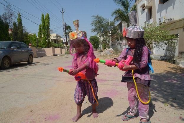 #Holi: रंग बरसे भीगे चुनर वाली...रंग बरसे
