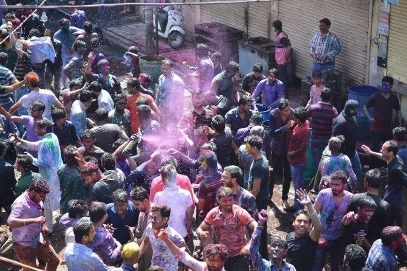 ब्रज के रूप में नजर आया आनंदेश्वर मंदिर शिवाला में मुस्लिमों ने खेली फूलों की होली