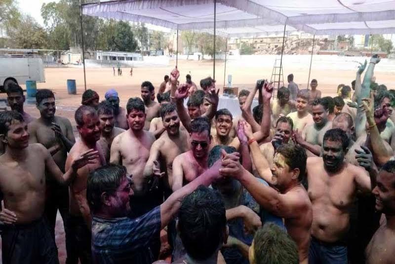 डीएम-एसएसपी संग पुलिस स्टाफ ने मनाया कपड़ा फाड़ होली