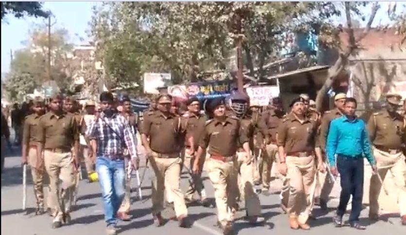 होली पर हुड़दंग कर रहे जातिविशेष की दुकान पर युवकों को पुलिस ने हटाया