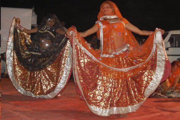 जब पूरी होती है मुराद तो 'किराए' पर नाचती हैं लड़कियां, देखें PHOTO'S