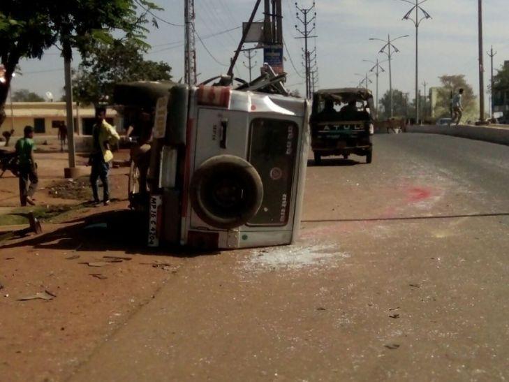 पोल से टकराई अचानक बहकी कार, चालक की मौके पर ही मौत
