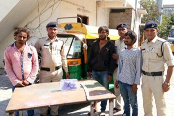 रिक्शा में बना रहे थे पंप लूटने की साजिश, पुलिस को हथियार दिखाकर धमकाया