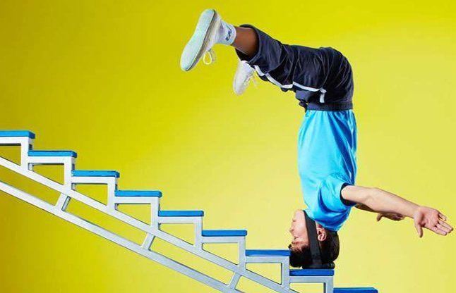 सिर के बल सीढिय़ां चढ़ लेता है यह व्यक्ति
