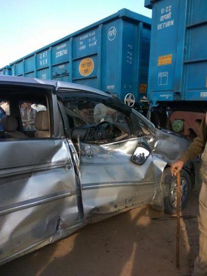 मौत के सामने से बच कर निकल आये ये पांच लोग, ट्रेन से टक्कर में इनोवा हुई क्षतिग्रस्त