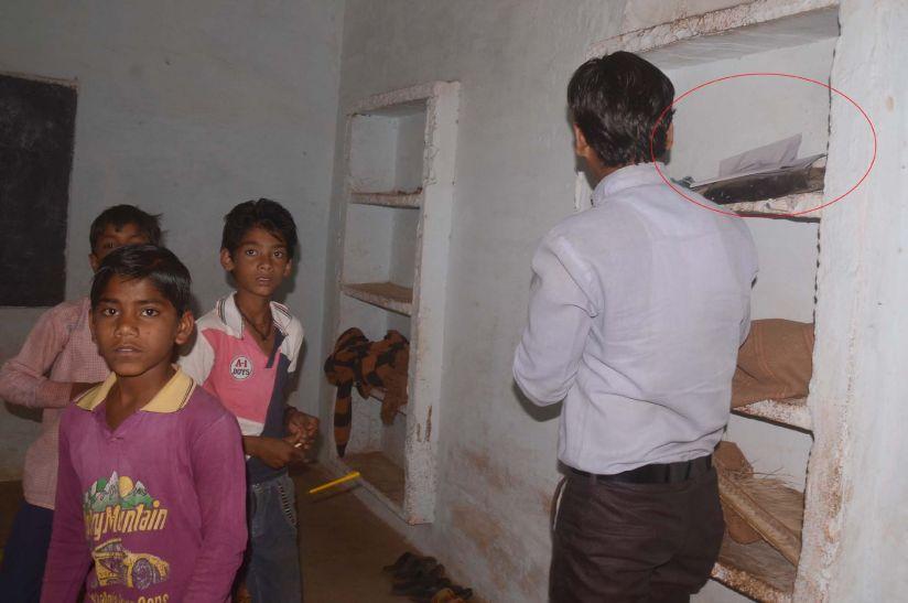 कहीं बच्चों से दिलवाए पेपर तो कहीं खाली पड़े रहे परीक्षा केन्द्र