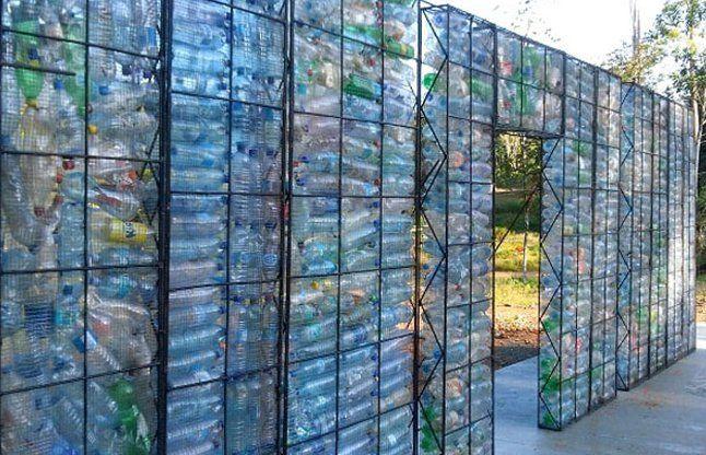 इस गांव में लोग बना रहे हैं प्लास्टिक की बोतलों से घर