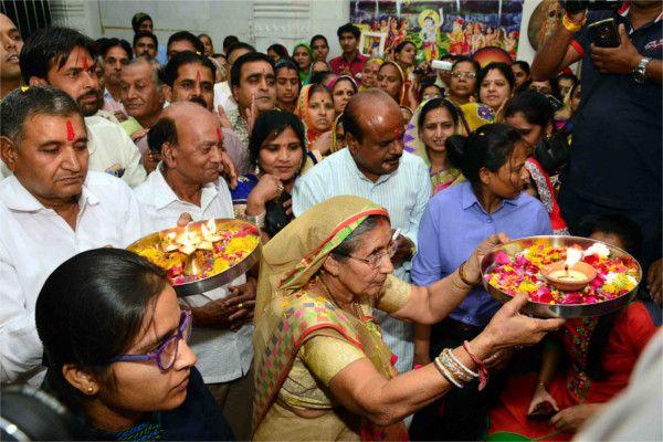 PM मोदी की पत्नी बोलीं- देश को एक नहीं 100 मोदी की है जरूरत