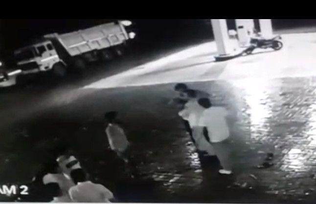 आधी रात को आए पेट्रोल पंप पर और करने लगे मारपीट, देखें वीडियो