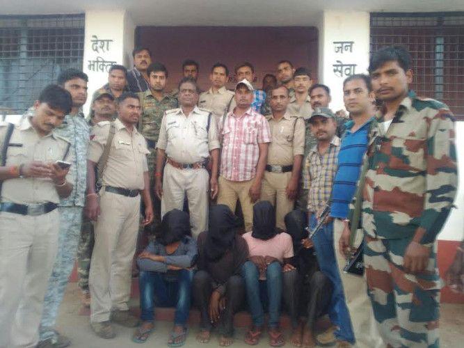 यूपी-एमपी सीमा पर चार डकैतों को पुलिस ने किया गिरफ्तार, असलहे बरामद