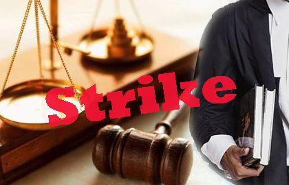 अपनी मांगों को लेकर वकीलों का विरोध प्रदर्शन