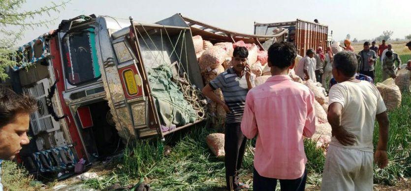 प्याज से भरा ट्रक पलटा, ड्राइवर की मौत