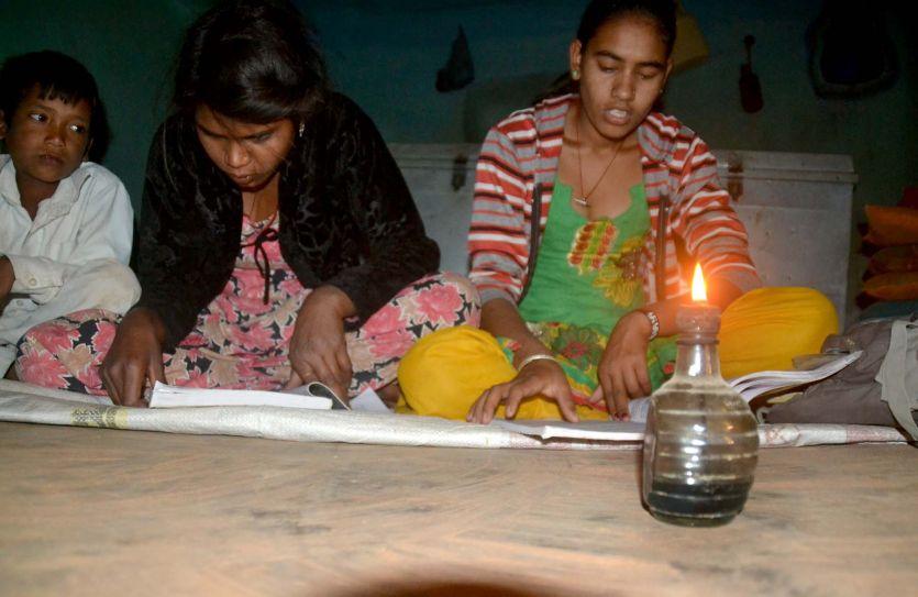 दस साल से अंधेेरे में मारूप गांव चिमनी की रोशनी में पढ़ रहे बच्चे